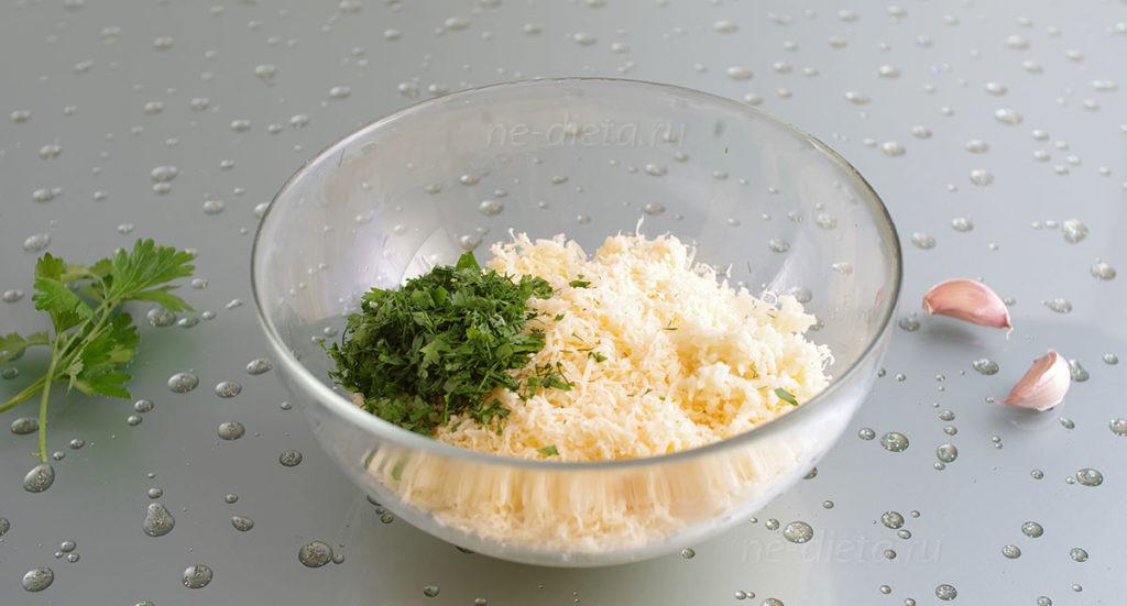 Добавить к сыру измельченные зелень и чеснок