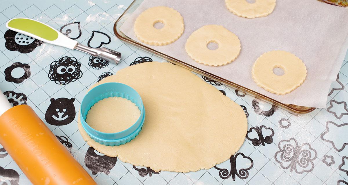 Вырезать заготовки для колец с орехами