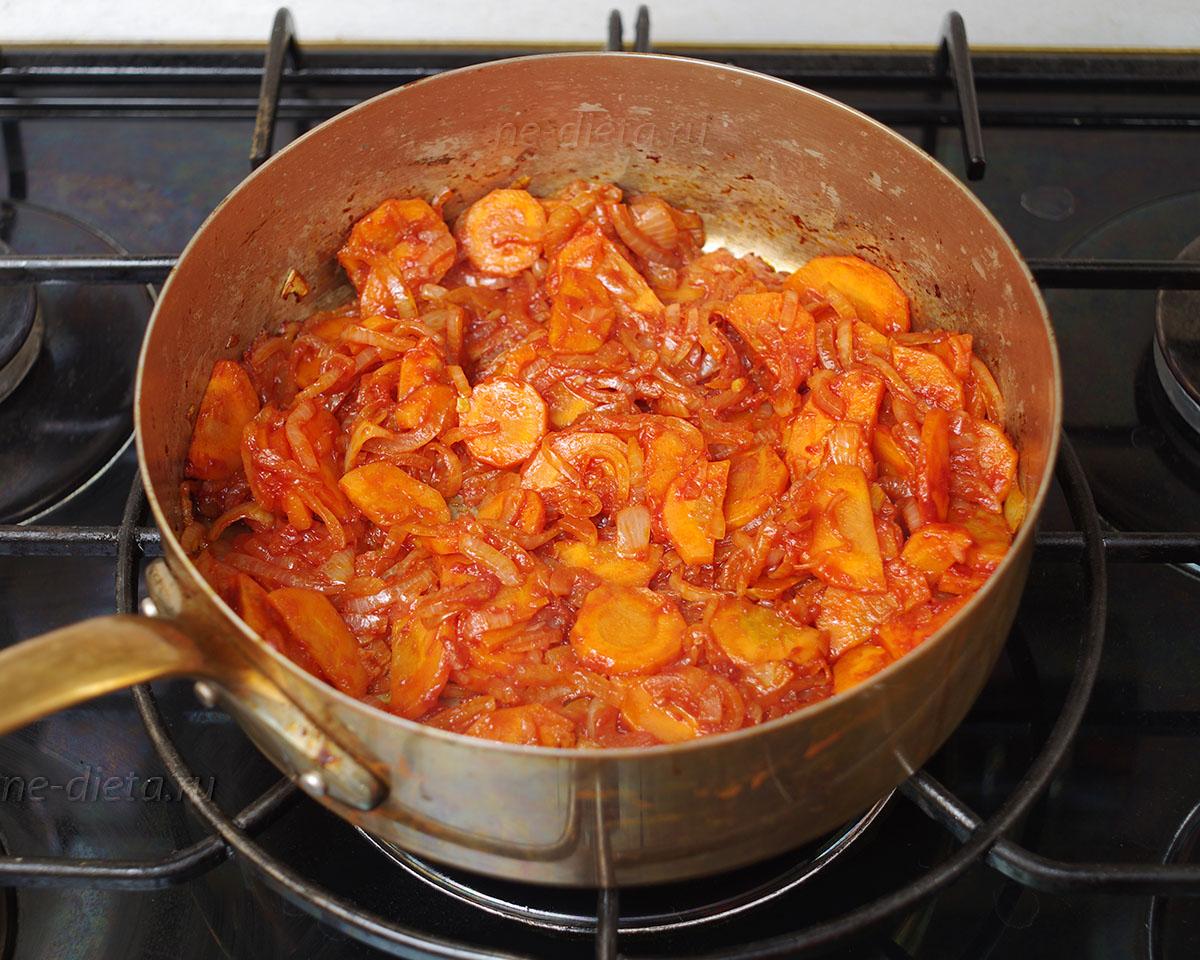 лук и морковь потушить с томатной пастой