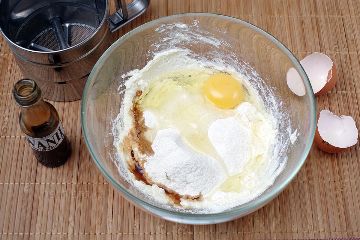 добавить яйцо и просеянную муку
