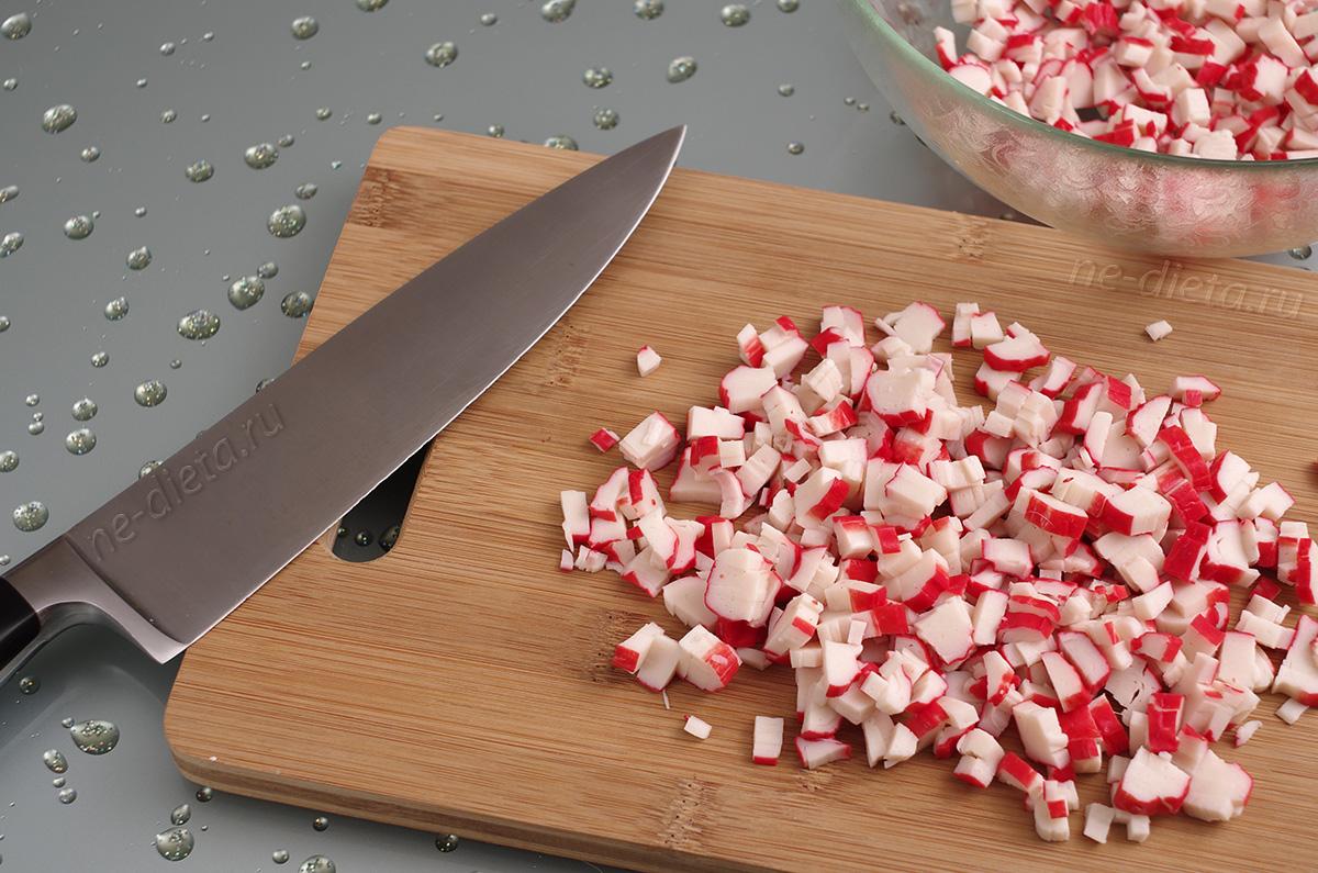 Крабовые палочки порезать кубиками