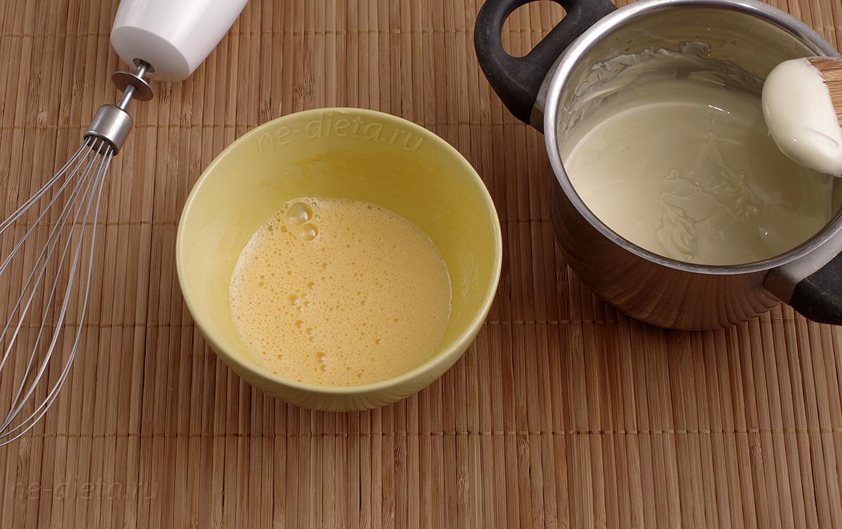 К шоколаду добавить взбитые желтки