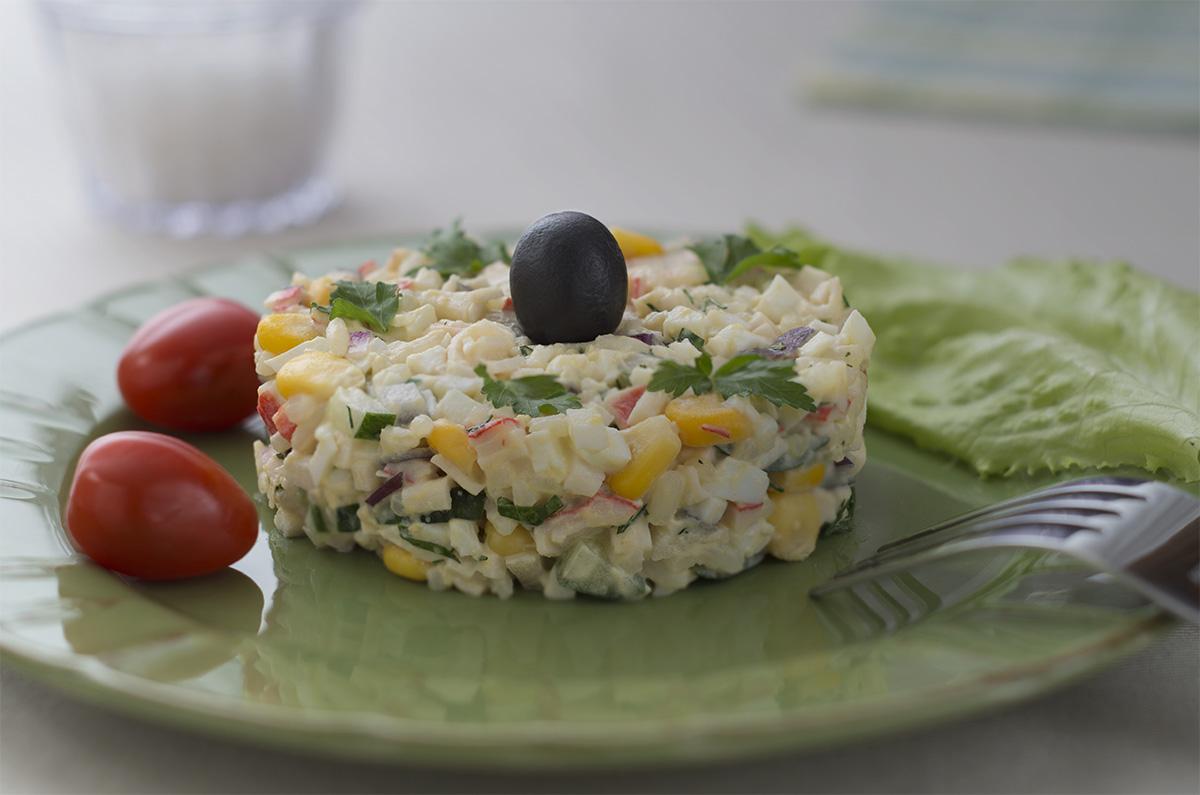 Классический крабовый салат с яйцом и кукурузой