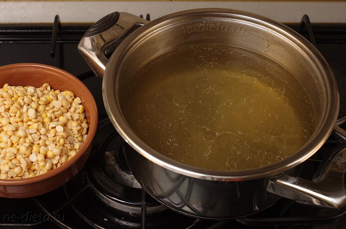 Горох положить в бульон и варить 30 минут