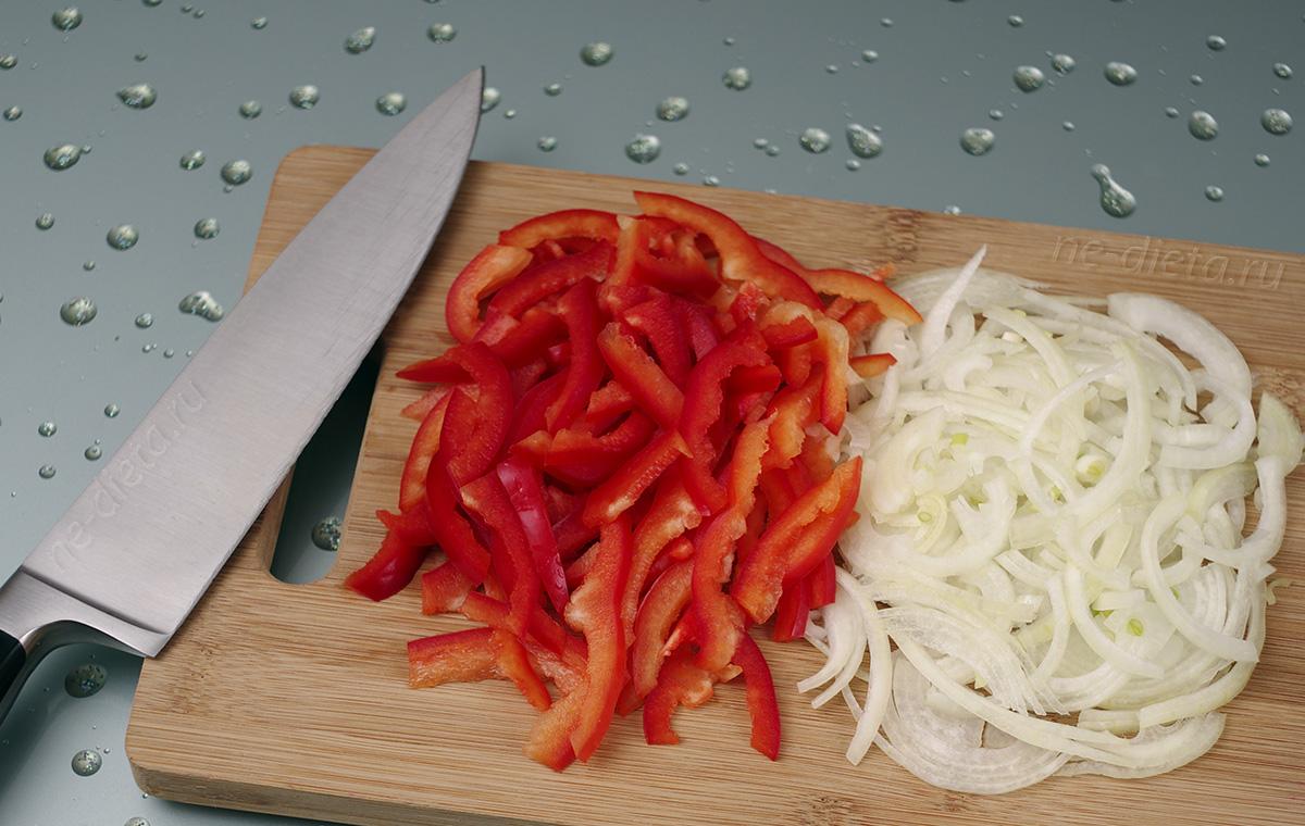 Репчатый лук и болгарский перец нарезать тонкой соломкой