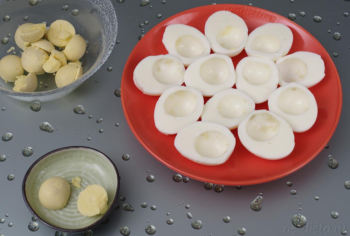 Яйца разделить на белки и желтки