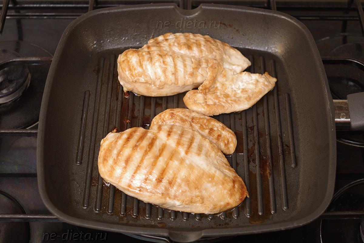 Куриное филе обжарить на сковороде-гриль