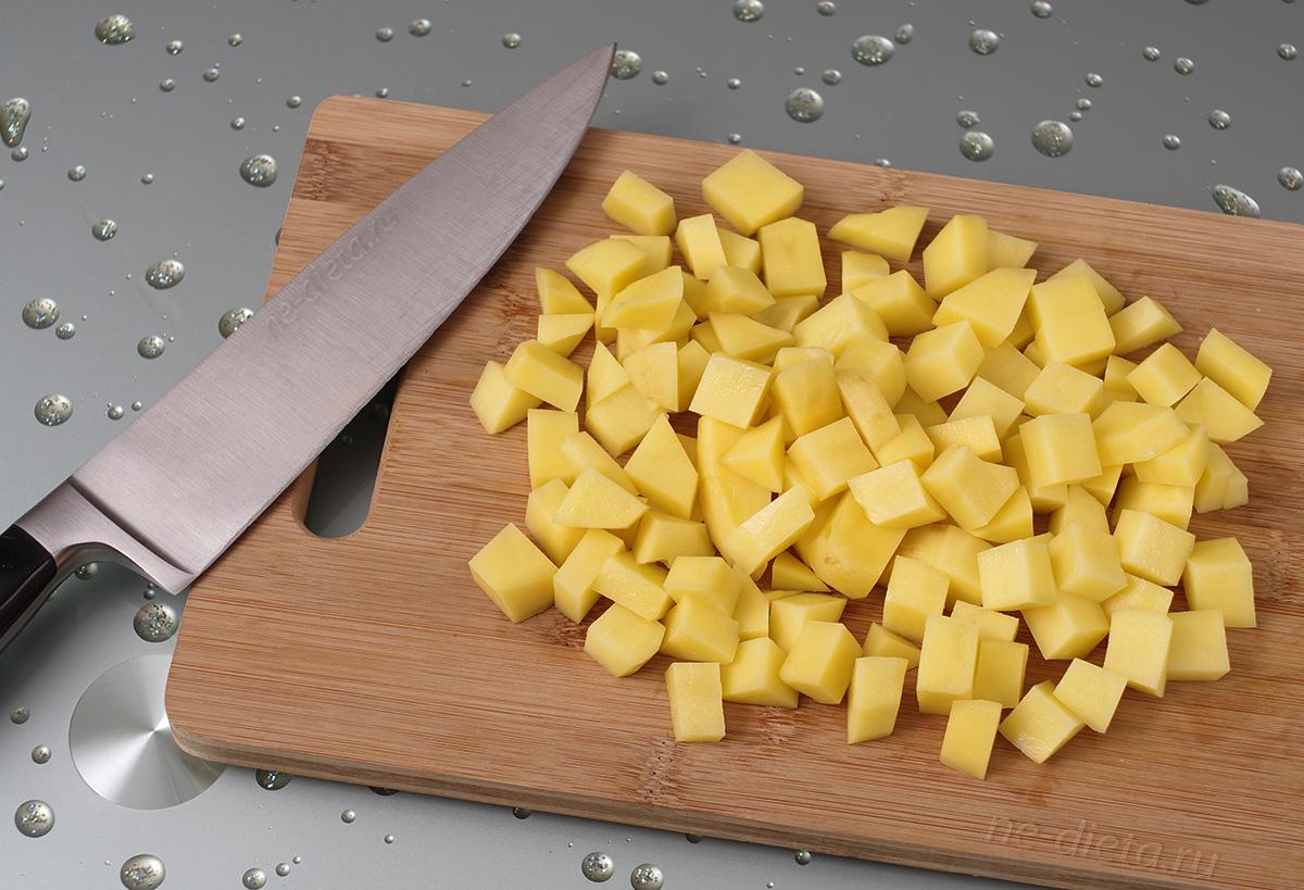 Картофель порезать небольшими ломтиками
