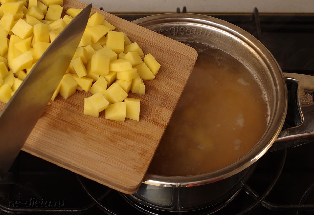 Добавить порезанный кубиками картофель