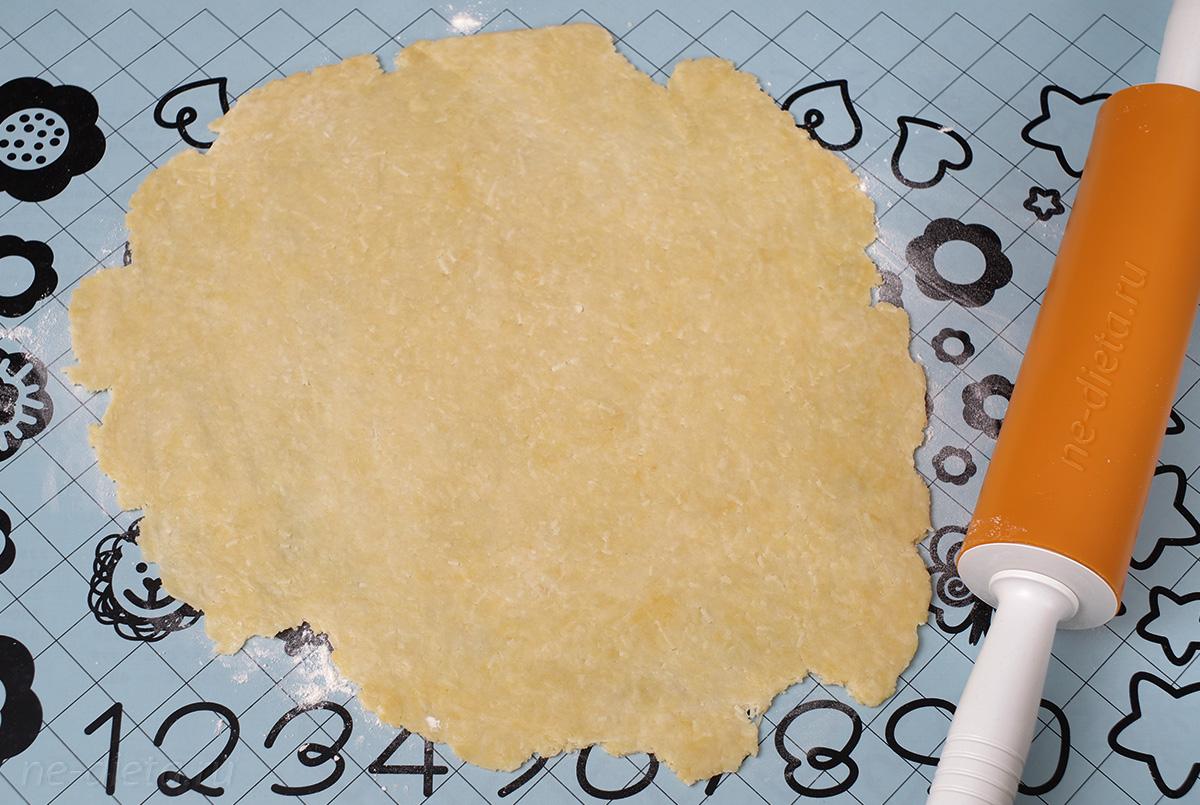 Сырное тесто тонко раскатать