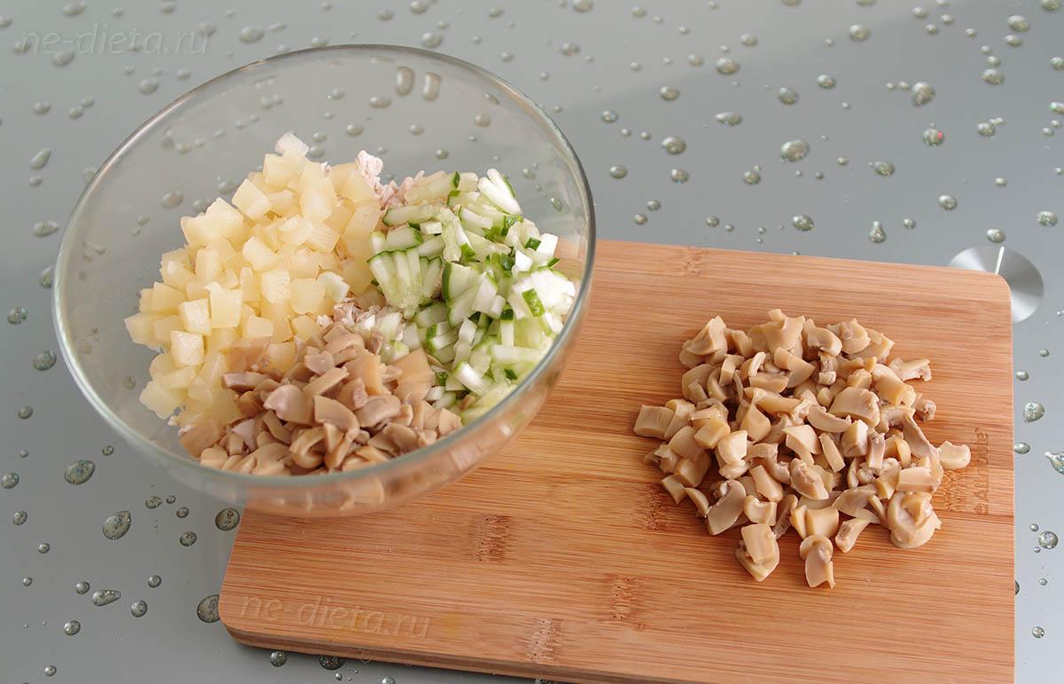 Грибы порезать ломтиками и добавить в салат