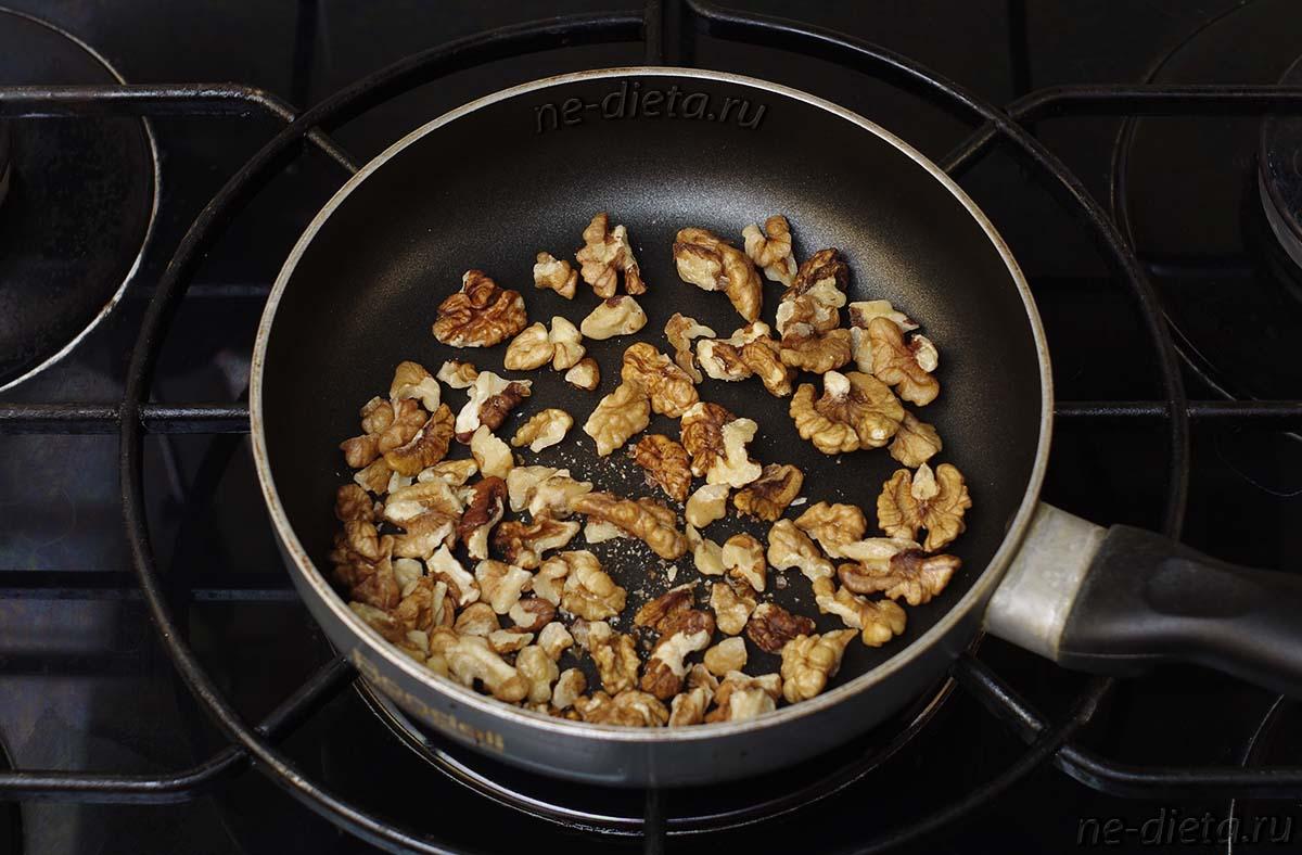 Грецкие орехи обжарить на сухой сковороде