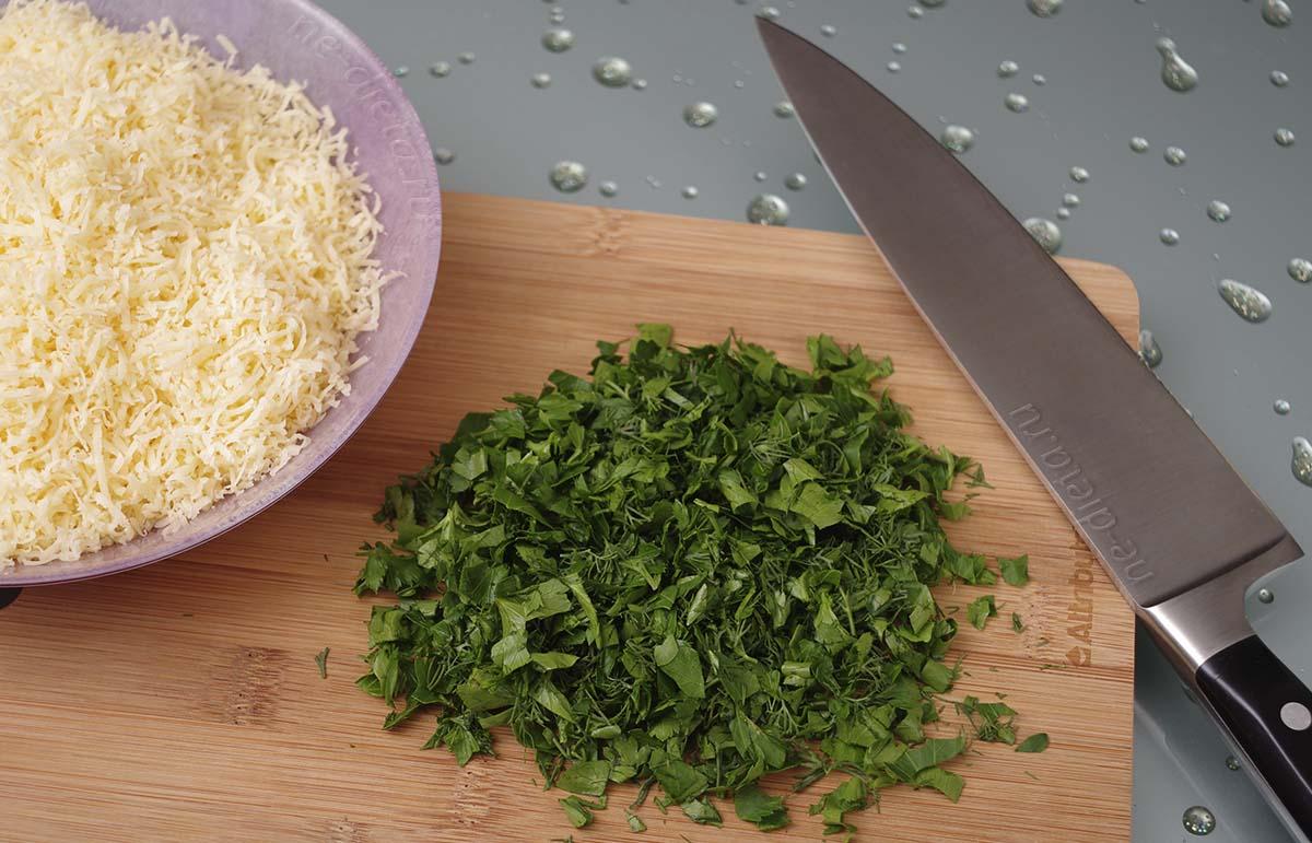 Зелень измельчить, сыр натереть на мелкой терке