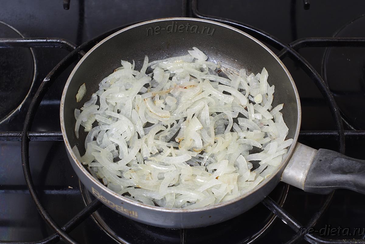 Репчатый лук нарезать четверть-кольцами и обжарить в масле