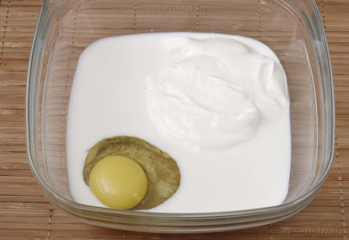 Смешать яйцо, молоко, сметану, соль и специи