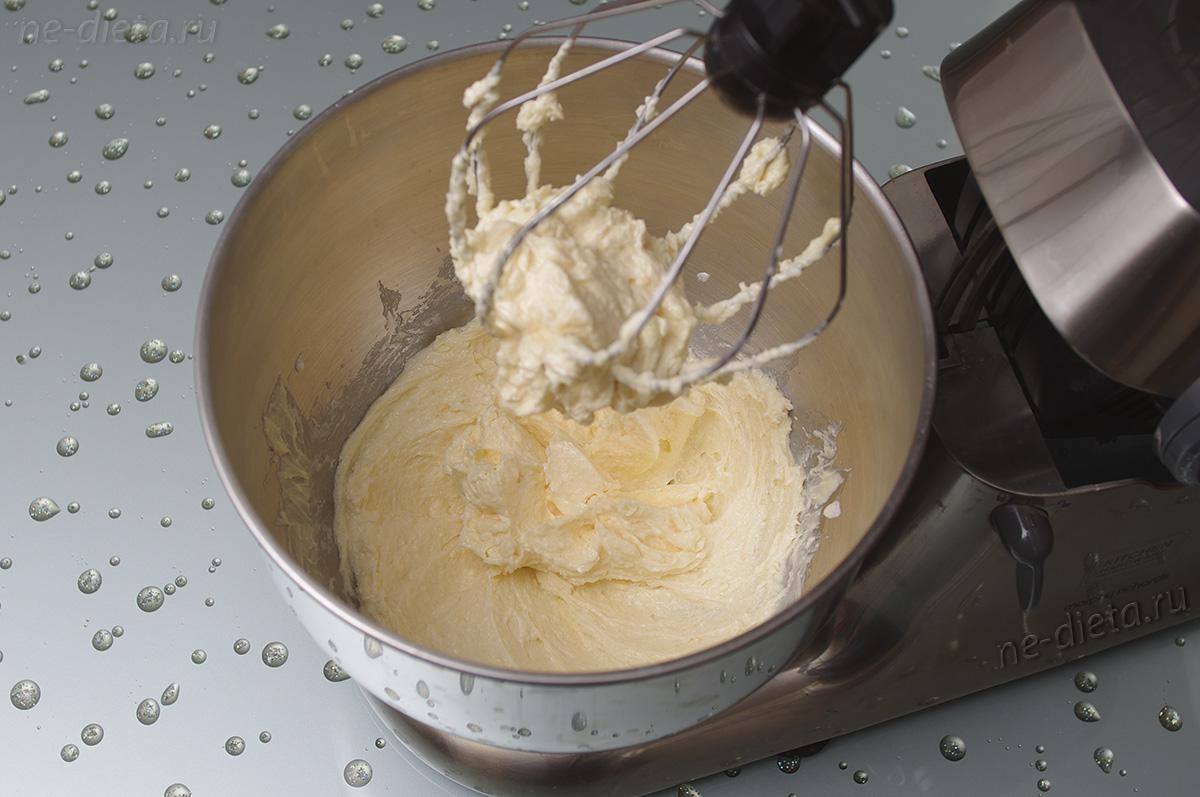 Вмешать в тесто сливочное масло