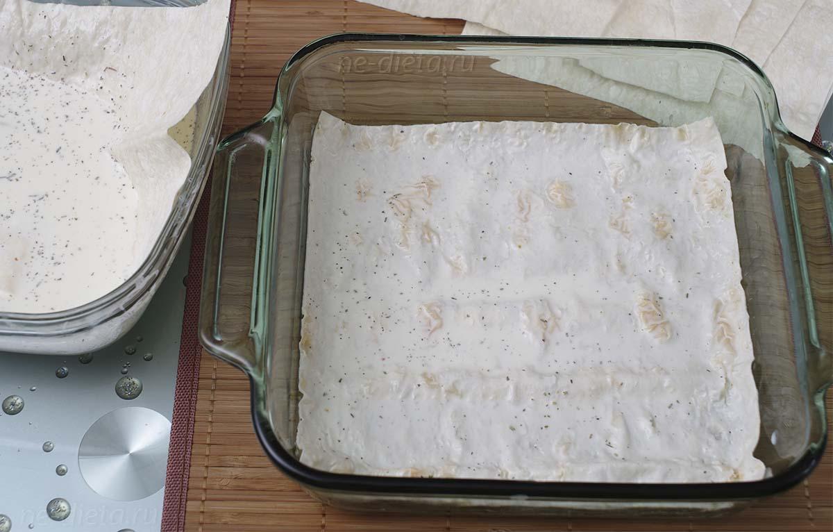 Лист лаваша окунуть в молочную смесь и выложить в форму
