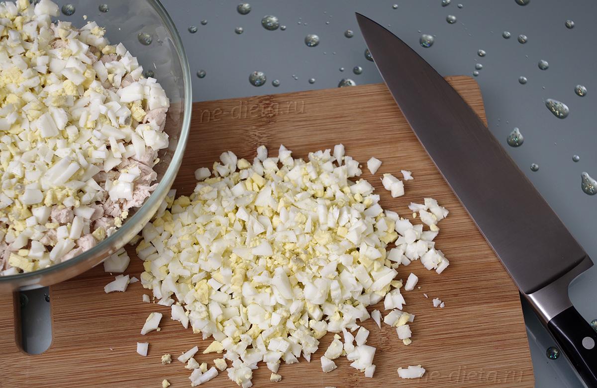 Яйца порезать кубиками и добавить к курице