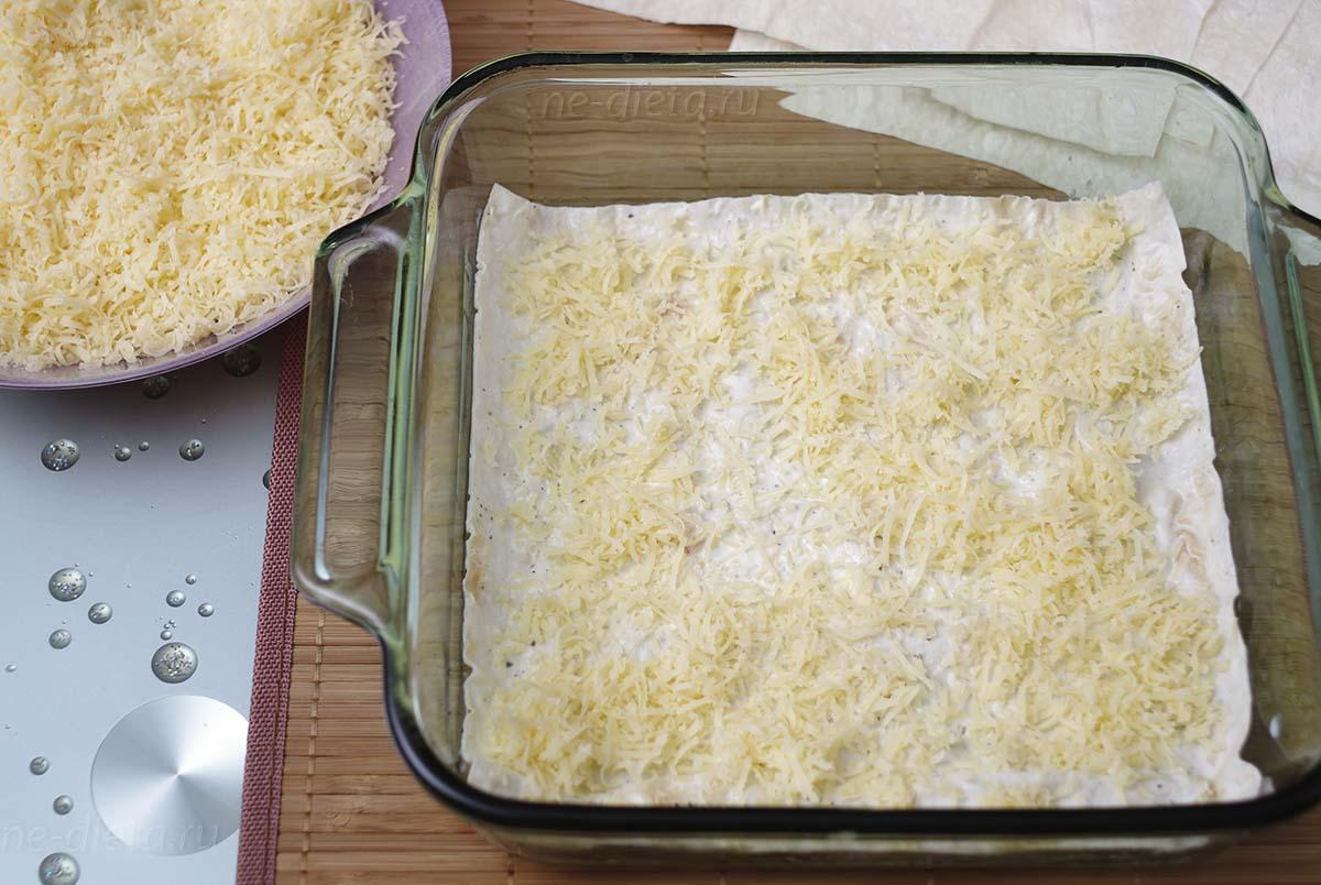 Лаваш посыпать тертым сыром