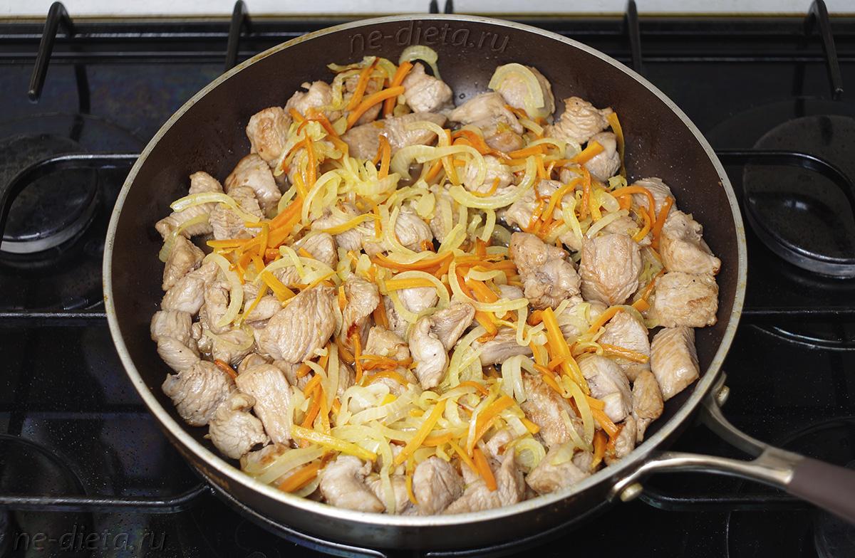 К индейке добавить лук с морковью