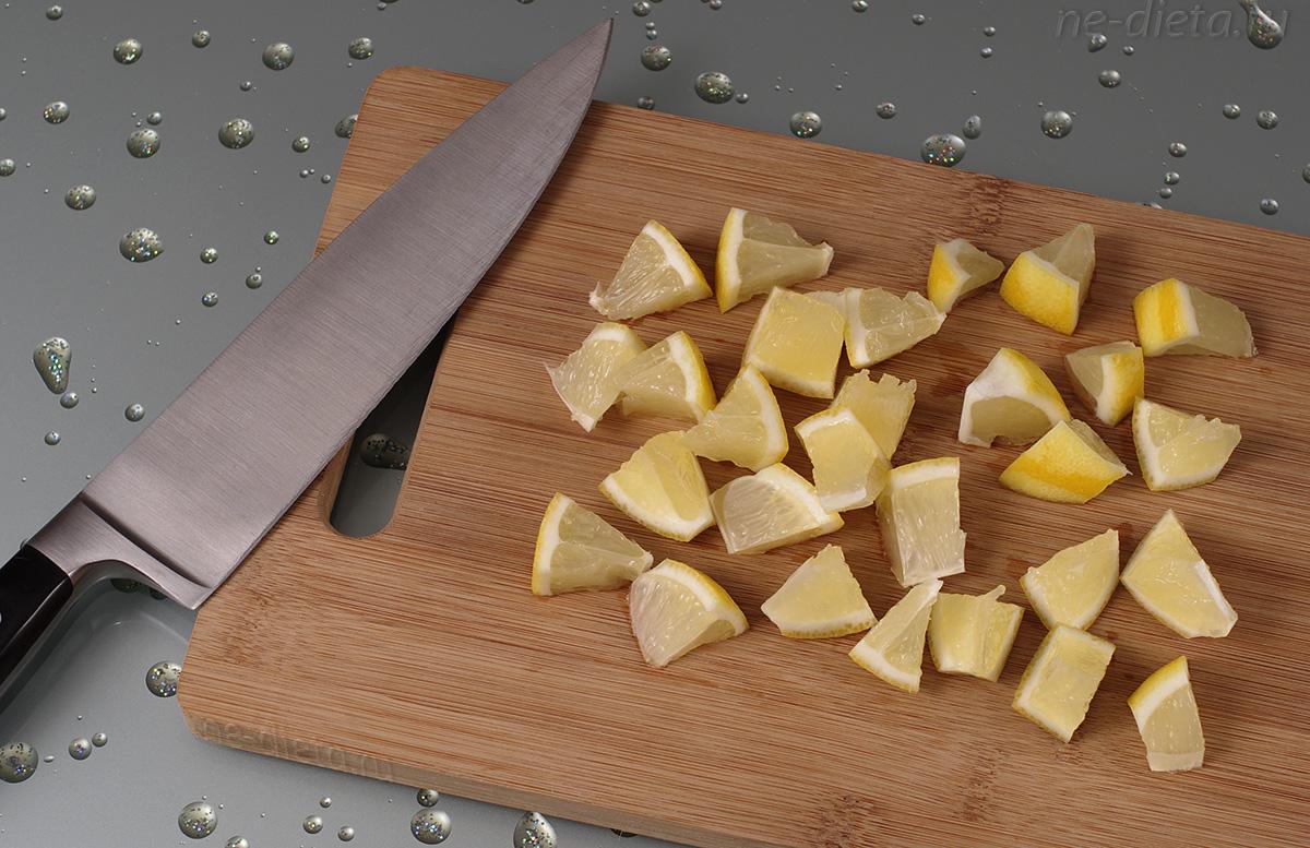 Лимон порезать кубиками вместе с кожурой