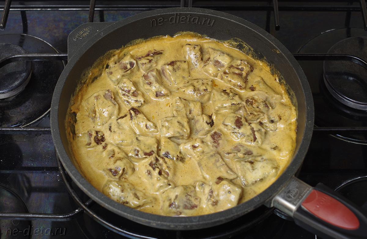 Печень говяжья в сливках на сковороде