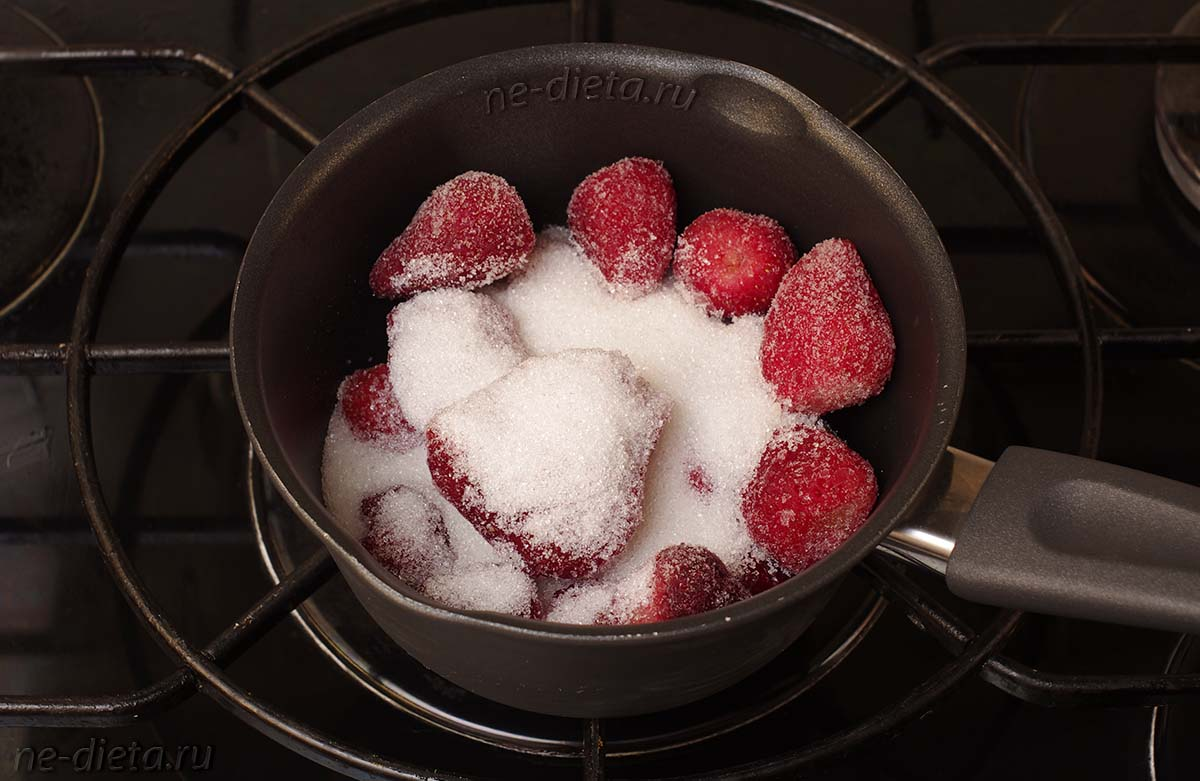 В кастрюлю положить клубнику и сахар