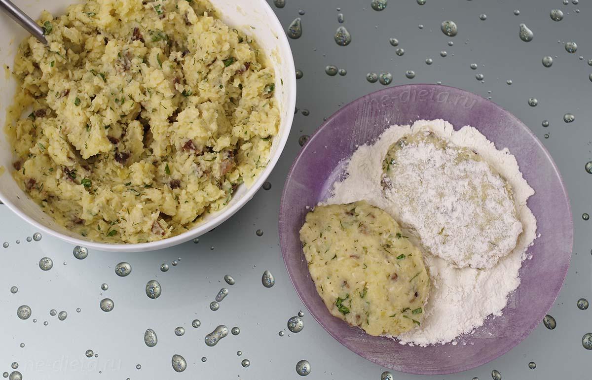 Сформировать картофельные котлеты с грибами и обвалять их в муке