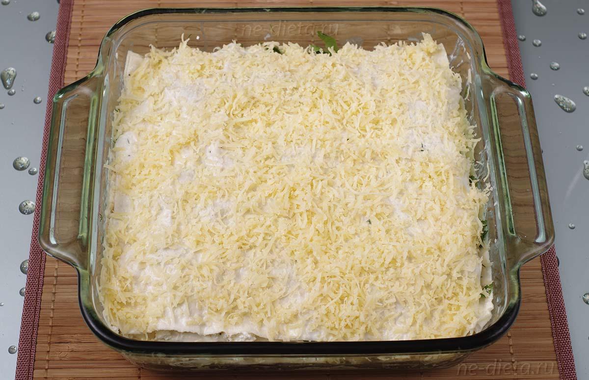 Чередовать слои творога и сыра, последний лист лаваша засыпать сыром
