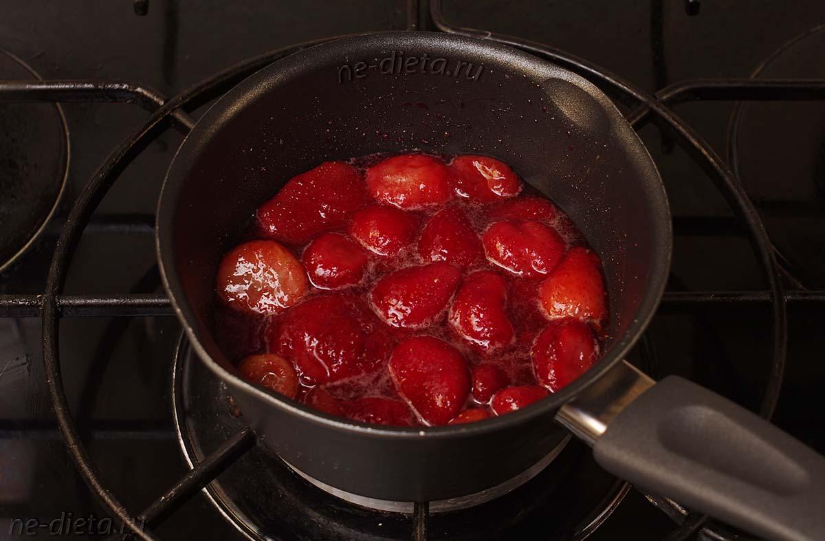 Готовить клубничный соус 5 - 10 минут до растворения сахара