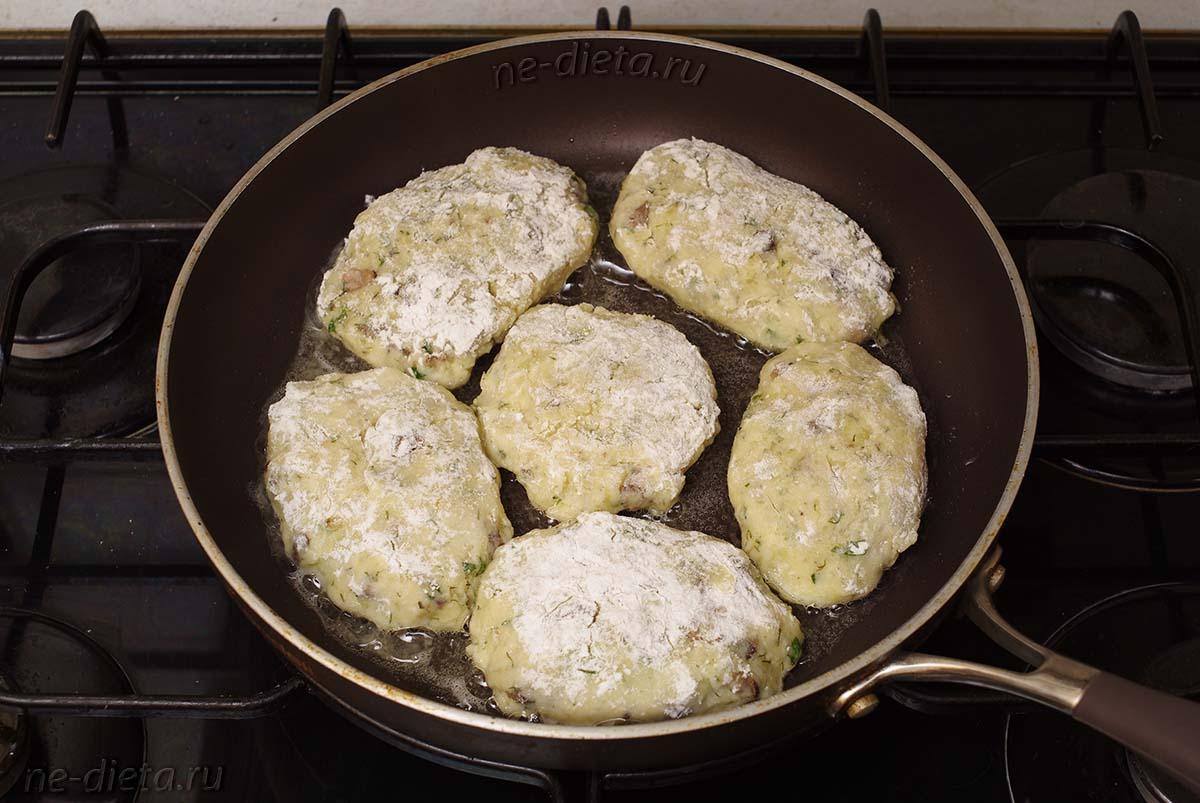 Картофельные котлеты с грибами на сковороде