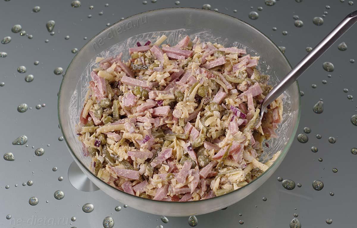 Салат с ветчиной и маринованными огурчиками