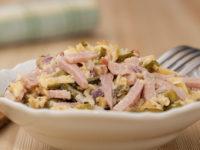Салат с ветчиной, сыром и маринованными огурцами