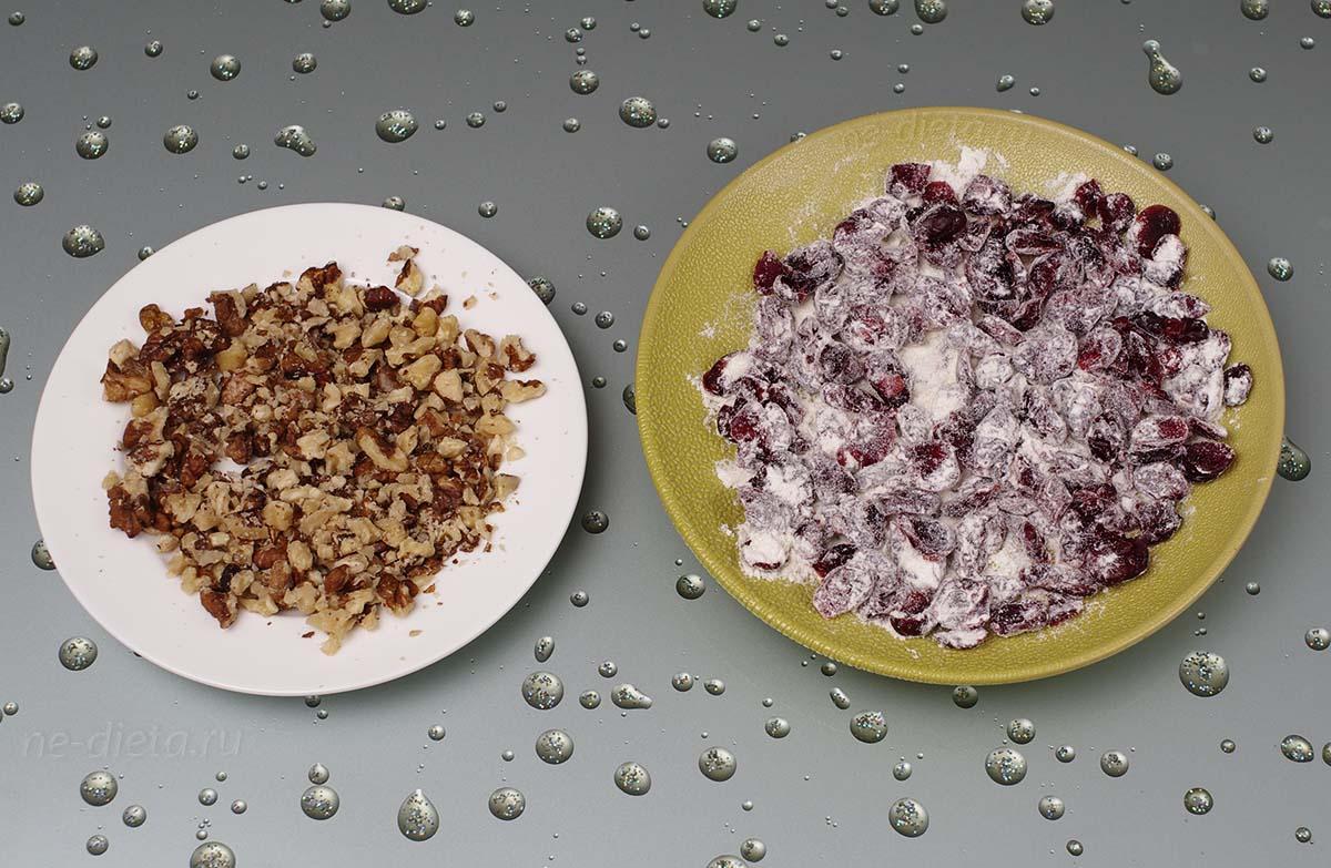 Сухофрукты смешать с мукой, орехи крупно порубить