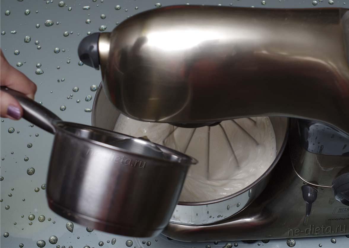 В белково-яблочную массу тонкой струйкой влить желатин