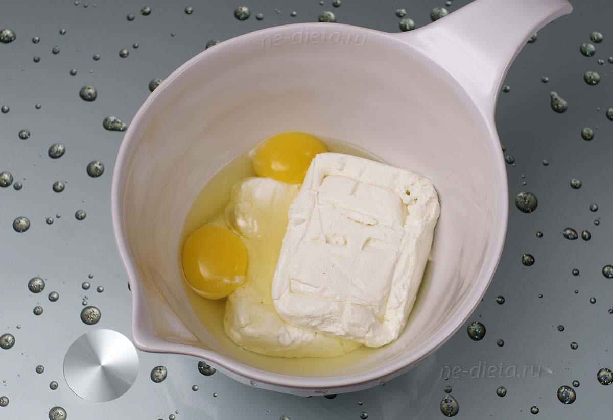 В миску выложить творог, яйца и ванильный сахар