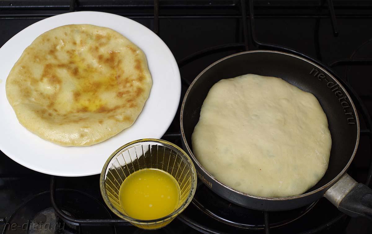 Обжарить хачапури на сковороде без масла по 3 - 5 минут с каждой стороны