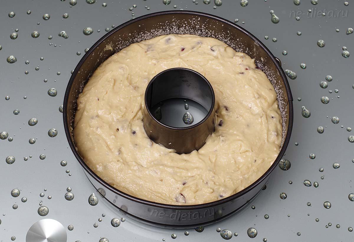 Тесто выложить в форму для кекса с отверстием посередине
