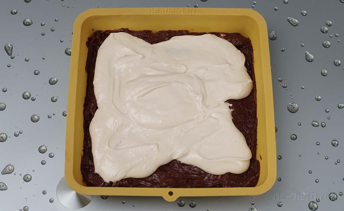 В форму выложить треть шоколадного теста и половину творожной начинки