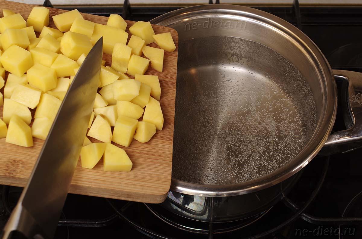 В кипящую воду положить картофель