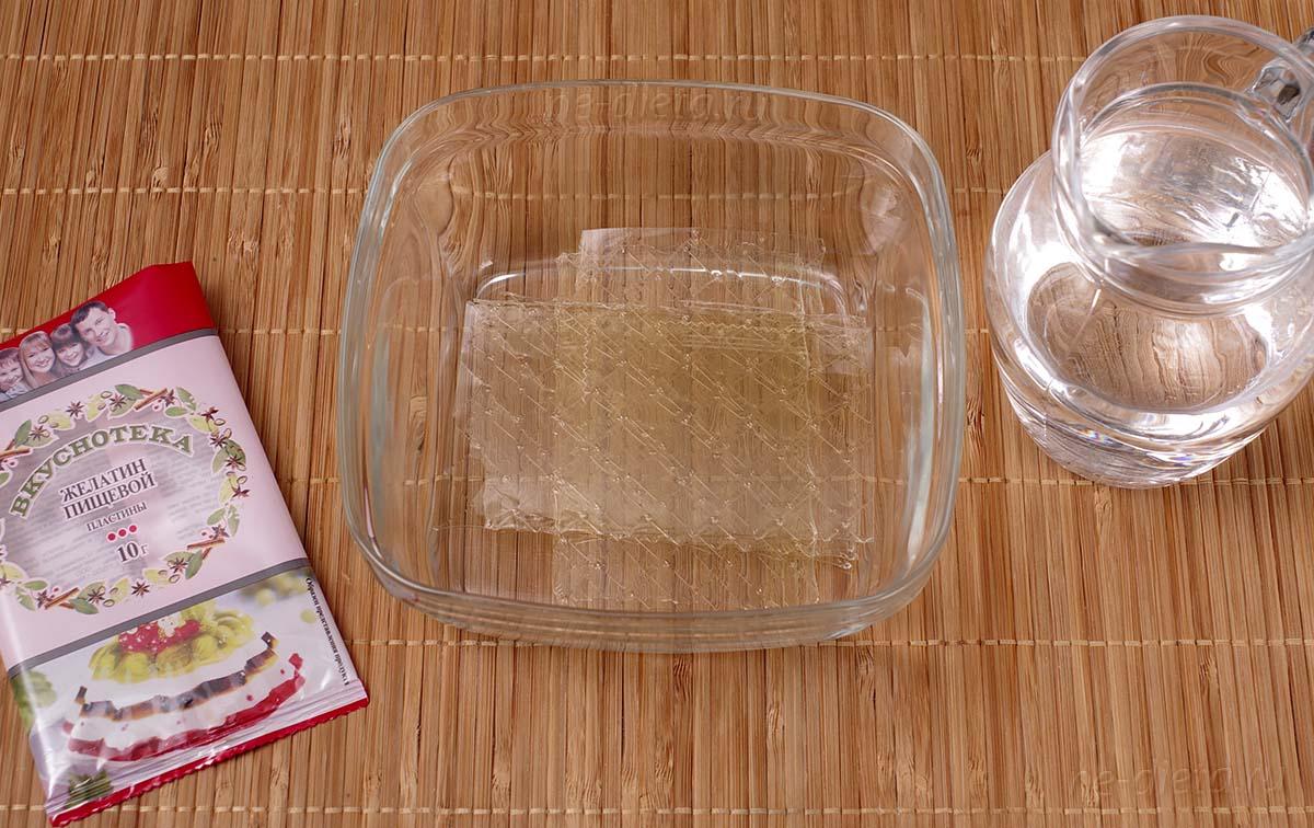 Листовой желатин замочить в холодной воде