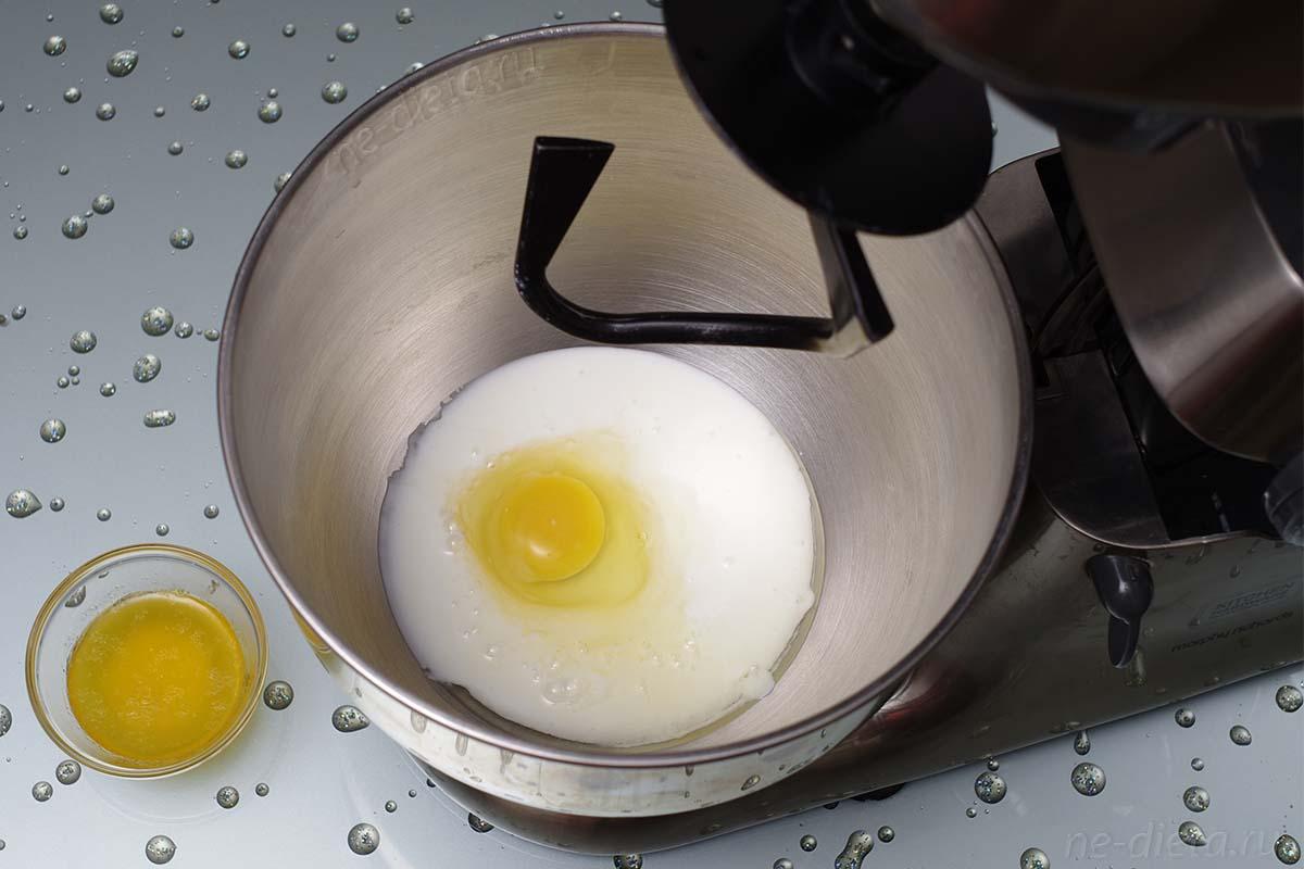 Смешать яйцо, натуральный йогурт и растопленное сливочное масло