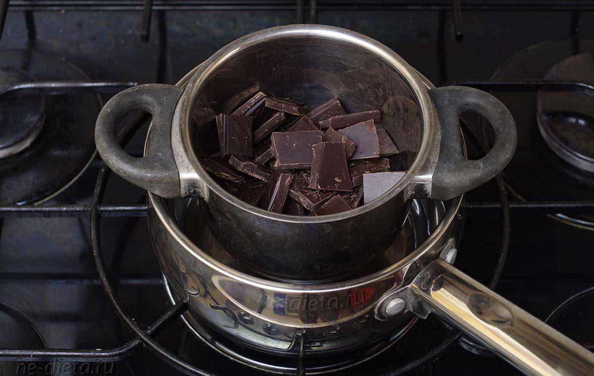Шоколад поломать на квадратики и поставить на водяную баню