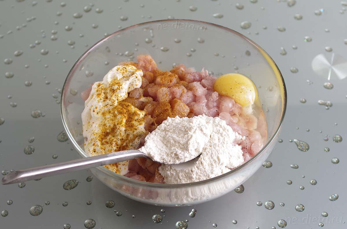 Добавить яйцо, муку, сметану, майонез, соль и специи