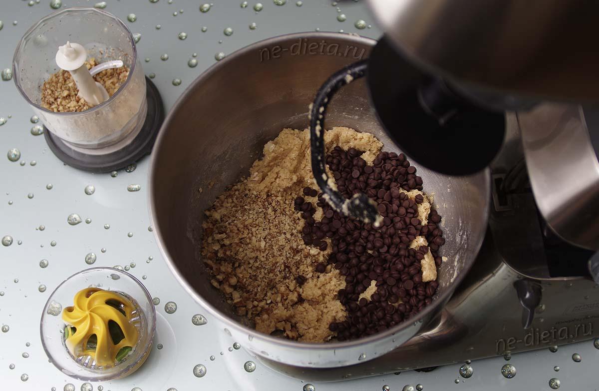 Положить в тесто измельченные орехи, лимонный сок и шоколадные капли