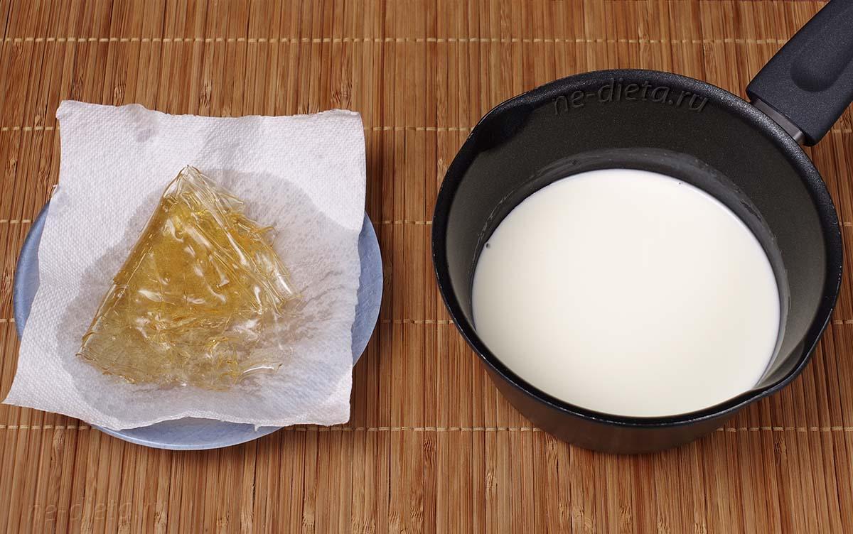 Сливки подогреть с сахаром и ванилью и развести в них желатин
