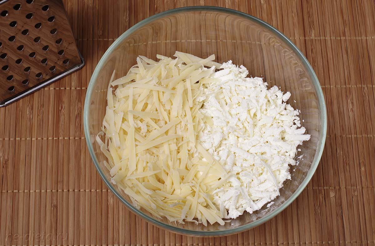 Сыр и брынзу натереть на крупной терке