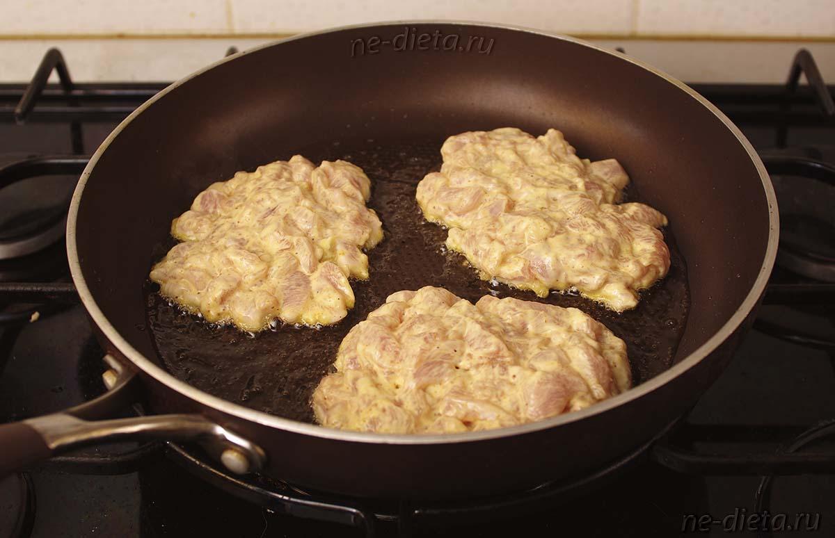 Куриные оладьи выкладывать ложкой на раскаленную сковороду