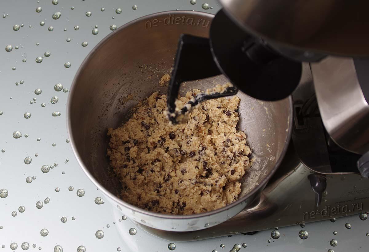 Тесто для овсяного печенья с шоколадом и орехами
