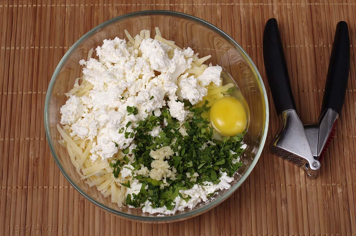 Добавить творог, яйцо, измельченную зелень и чеснок